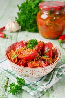 Frische tomaten karotten paprika und gewürze hausgemachtes eingelegtes gemüse