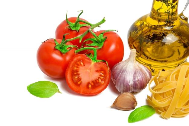 Frische tomaten, knoblauch, nudeln und olivenöl isoliert