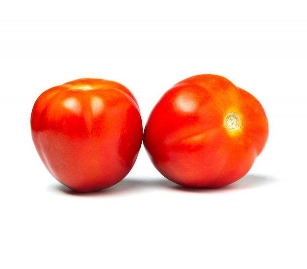 Frische tomaten lokalisiert auf weiß. nahaufnahme von tomaten.