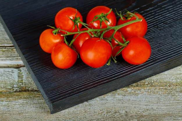 Frische tomaten mit auf holztischabschluß oben