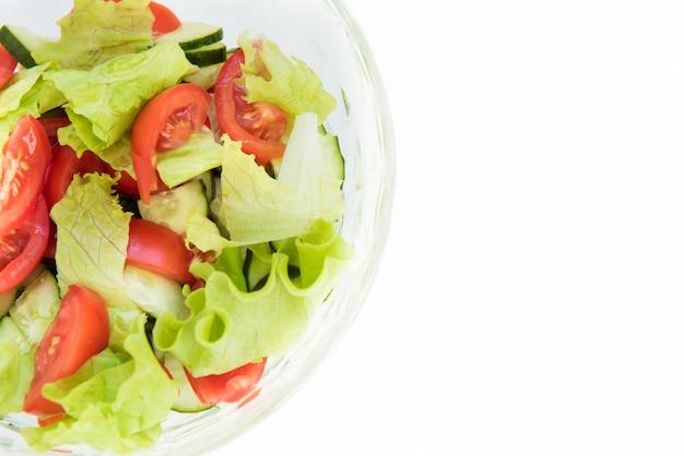 Frische tomaten mit basilikumblättern in einer keramikschale. hausgemachtes essen. symbolisches bild. konzept für eine leckere und gesunde vorspeise.