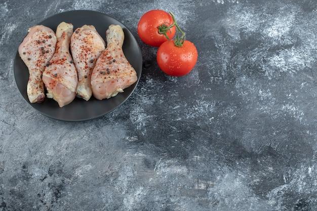 Frische tomaten mit hähnchenkeule