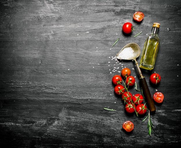 Frische tomaten mit olivenöl und einem löffel salz.