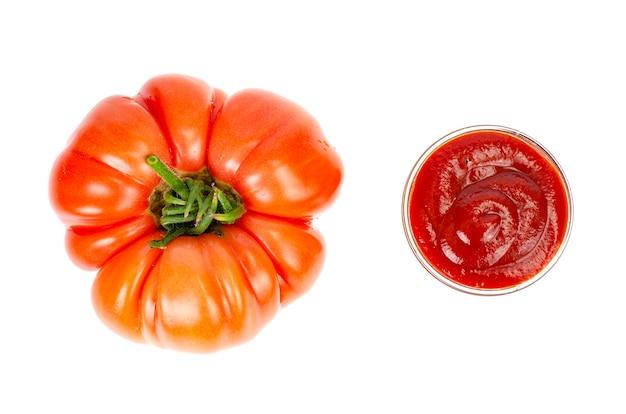 Frische tomaten und ketchup in glasform.