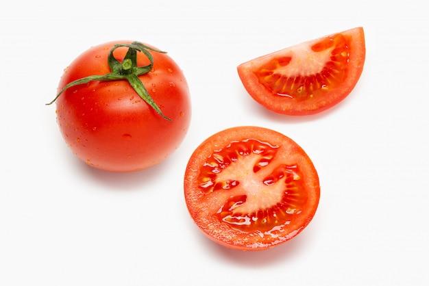 Frische tomaten und scheiben isoliert auf weiß
