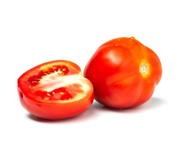 Frische tomaten und tomatenscheibe lokalisiert auf weiß. nahaufnahme von tomaten.