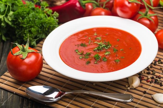 Frische tomatensuppe in einer weißen schüssel