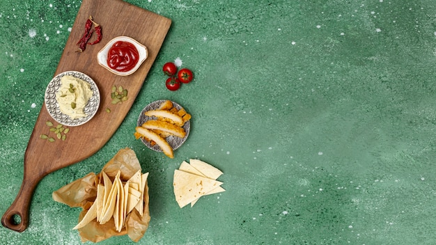 Frische tortilla mit soßen und gebratenem huhn