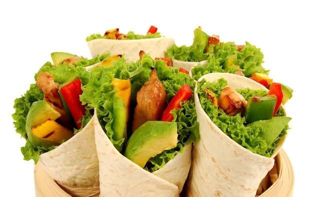 Frische tortillas wraps mit hähnchen und avocado