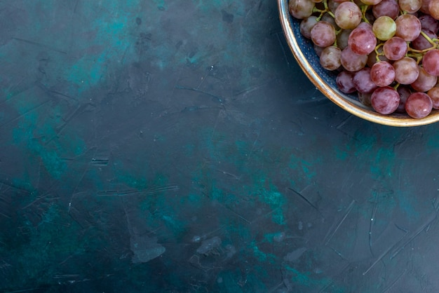Frische trauben saftige früchte der draufsicht auf dunklen schreibtischfrüchten