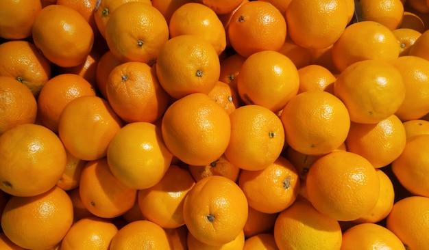 Frische tropische mandarine im markt.