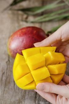 Frische tropische mango auf holz