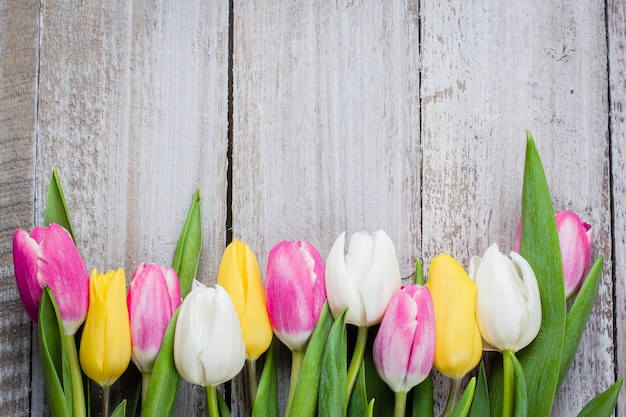 Frische tulpen auf einem rosa hölzernen hintergrund für muttertag