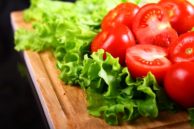 Frische und feuchte tomaten