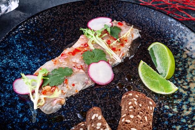 Frische und leckere cebiche aus seebarsch. fischgericht aus rohem fisch