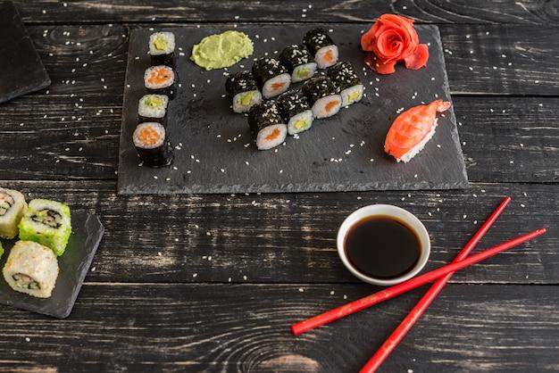 Frische und leckere sushi auf dunklem hintergrund.