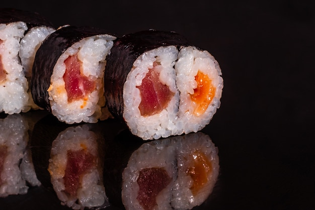 Frische und leckere sushi auf dunklem hintergrund