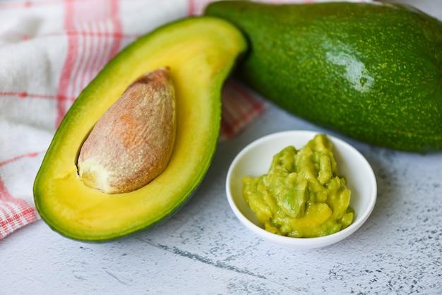 Frische und reife avocado-frucht