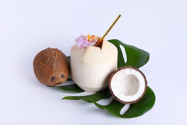 Frische und reife kokosnüsse auf weißer oberfläche