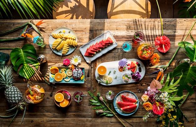 Frische und saftige früchte und cocktails