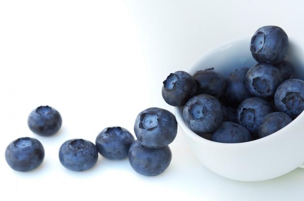 Frische und süße blaubeere auf weißem hintergrund, gesunder frucht und diät.