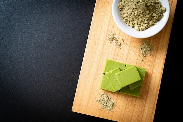 Frische und weiche matcha-grüntee-schokolade mit matcha-grüntee-pulver