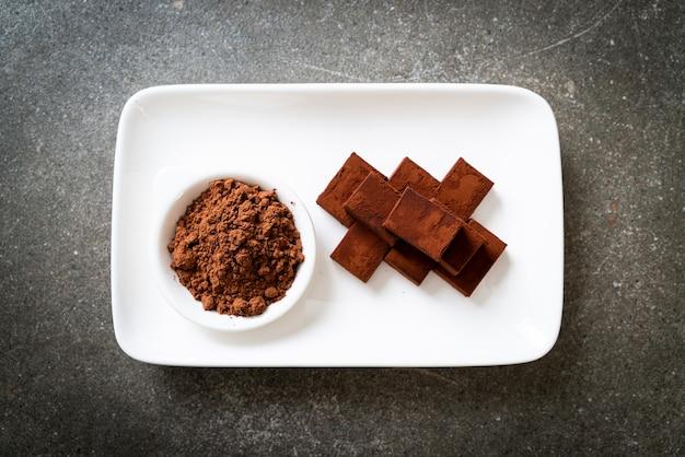 Frische und weiche schokolade mit kakaopulver