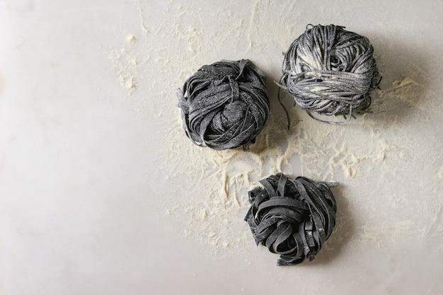 Frische ungekochte schwarze nudeln