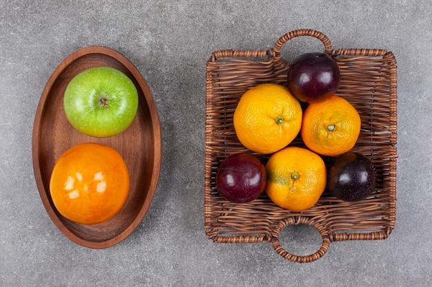 Frische verschiedene früchte auf einem hölzernen küchenbrett