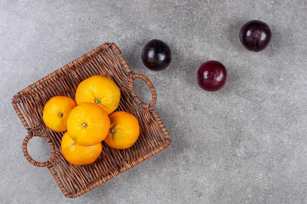 Frische verschiedene früchte auf einem weidenkorb