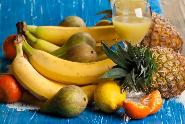Frische verschiedene früchte mit saft