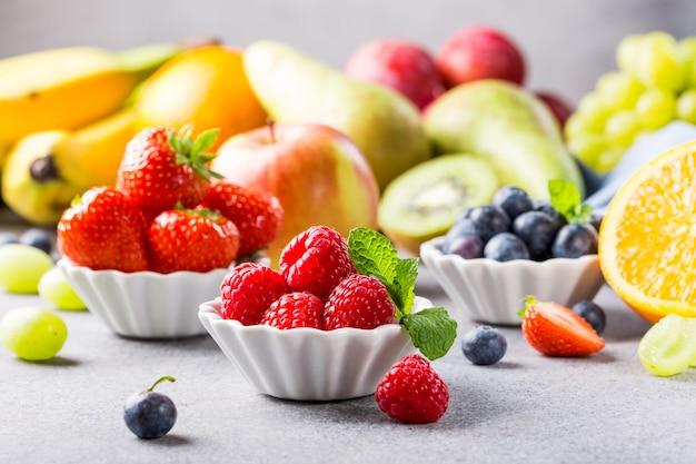 Frische verschiedene früchte und beeren