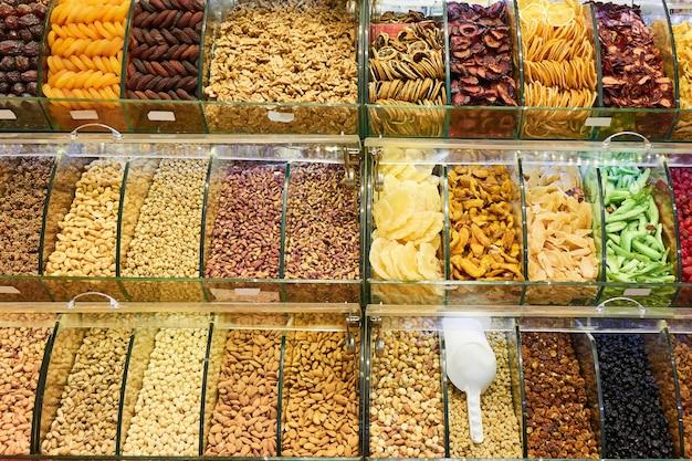 Frische verschiedene nüsse und getrocknete früchte im laden
