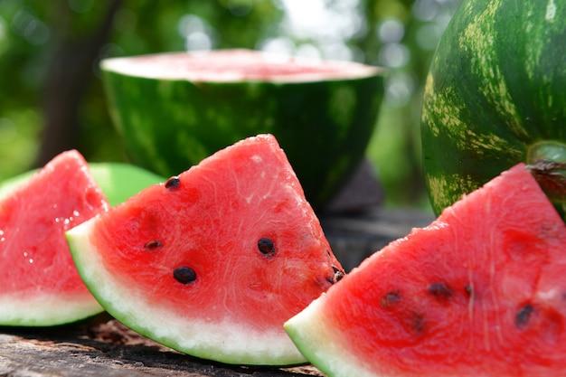 Frische wassermelone auf baumstumpf, nahaufnahme