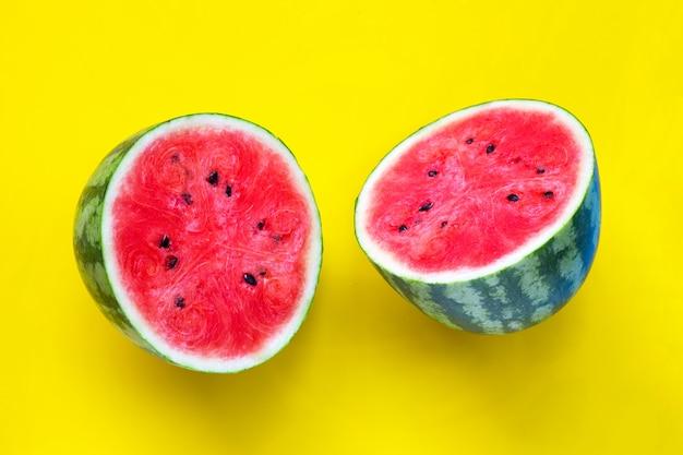 Frische wassermelone auf gelber oberfläche