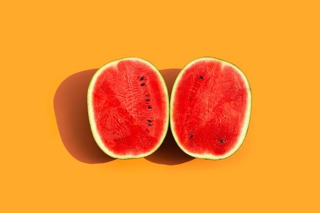 Frische wassermelone auf oranger oberfläche