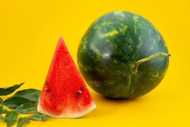 Frische wassermelone aus der vorderansicht, süß und in scheiben geschnitten auf gelbe fruchtsommerfarbe