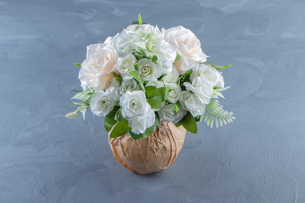 Frische weiße blumen in einer vase auf dem marmorhintergrund.