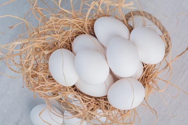 Frische weiße eier auf marmorhintergrund.