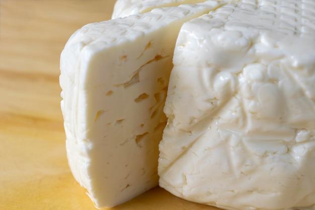 Frische weiße minas-käse-scheibe nahaufnahme