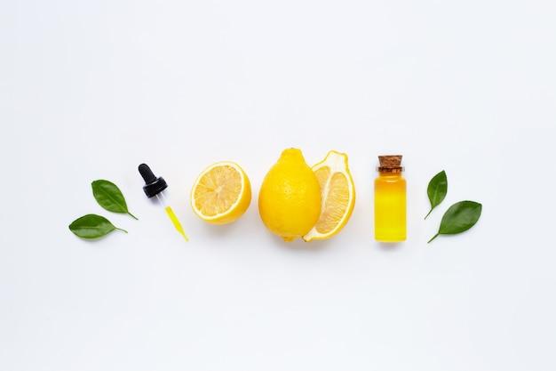 Frische zitrone mit ätherischem zitronenöl