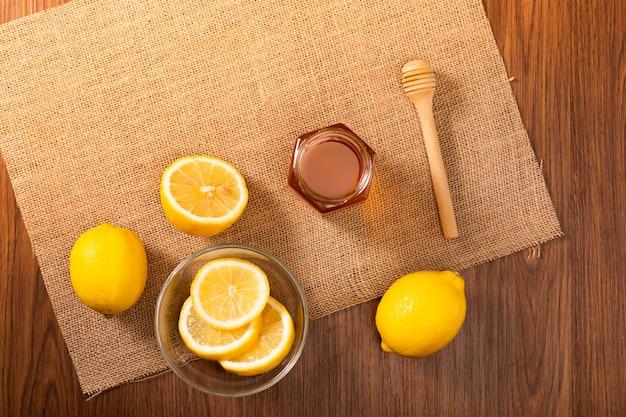 Frische zitrone und honig auf dem tisch