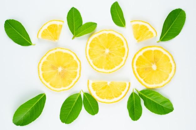 Frische zitronenscheibe mit blättern, vitamin c-ergänzung