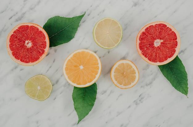 Frische zitrusfrüchte der draufsicht auf tabelle