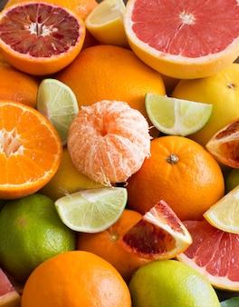 Frische zitrusfrüchte orangen, mandarinen, zitronen, limetten und grapefruits hautnah