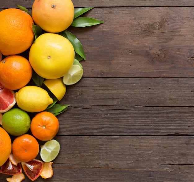 Frische zitrusfrüchte orangen, mandarinen, zitronen, limetten und grapefruits mit kopierraum