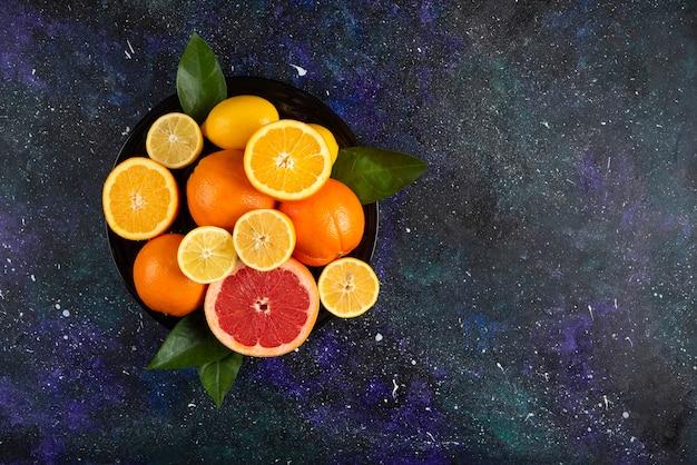 Frische zitrusfrüchte. weitwinkelfoto.
