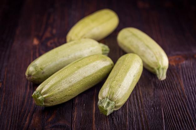Frische zucchini auf holztisch