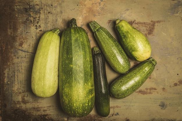 Frische zucchini oder grüne zucchini, bauernhoffrische produkte, sommerkürbis, unkosten