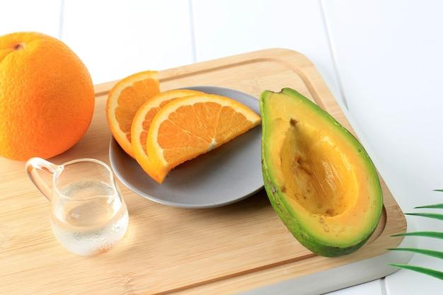 Frische zutaten für frischen saft, orangennabel und avocado